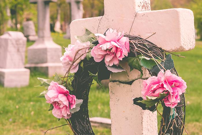 couronne de fleurs sur croix